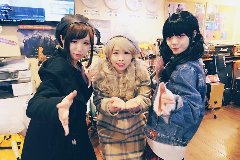 ヒミツノミヤコ団員、左からアネモネ(舞台美術)、小梅(恋するタンバリン)、ぼけちゃん(歌と団長)