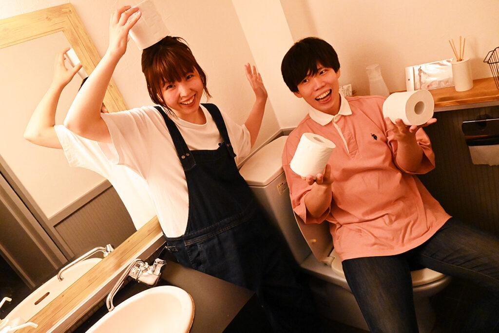 副店長が自らリニューアルしたトイレで戯れるカトキット、ちなみに改装したのは女トイレです
